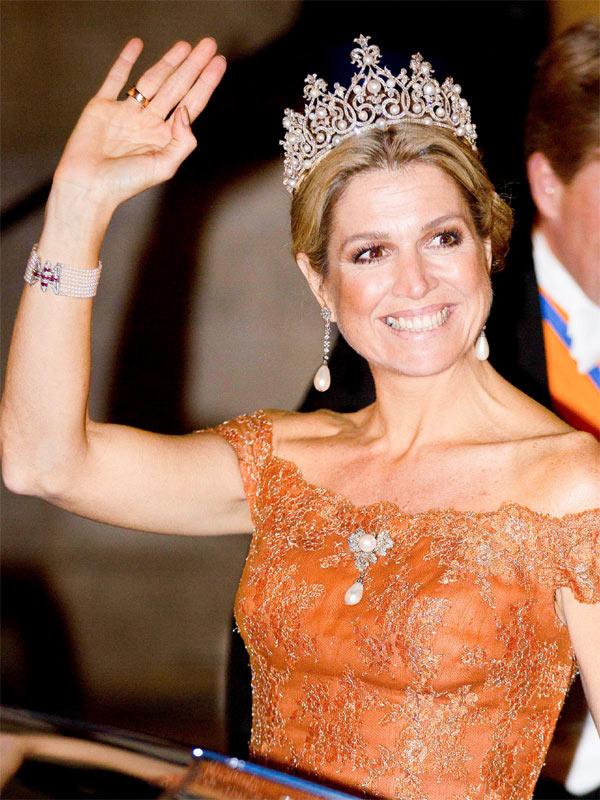 Máxima y Beatriz de Holanda intercambian sus tiaras nupciales