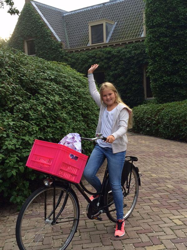 Amalia de Holanda, muy sonriente y en bici en su primer día de instituto