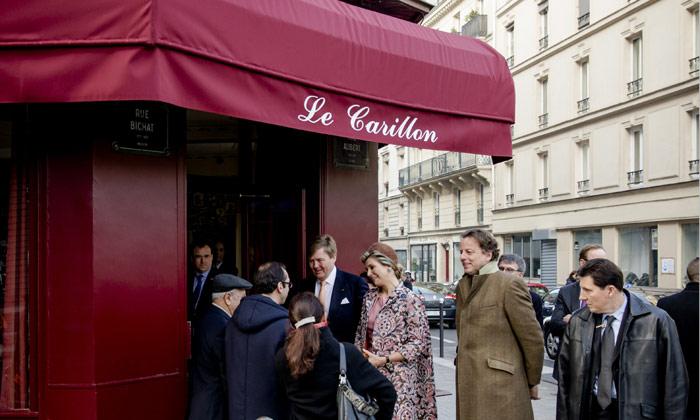 Guillermo y Máxima de Holanda visitan 'Le Carillon', uno de los bares de los atentados de París