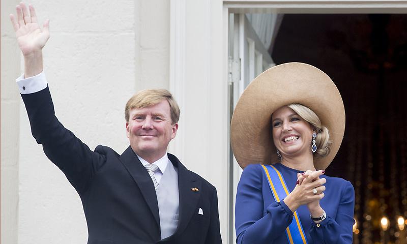La reina Máxima sustituye el paraguas por la pamela en la apertura del Parlamento holandés