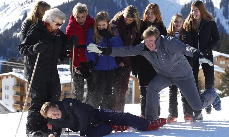 El 'photobomb' y otros grandes momentos del posado de la Familia Real holandesa en la nieve
