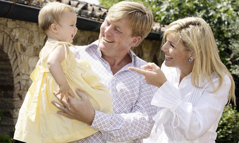 Un nuevo tesoro de la red: Máxima de Holanda le canta con suma ternura y en español a la princesa Alexia de bebé