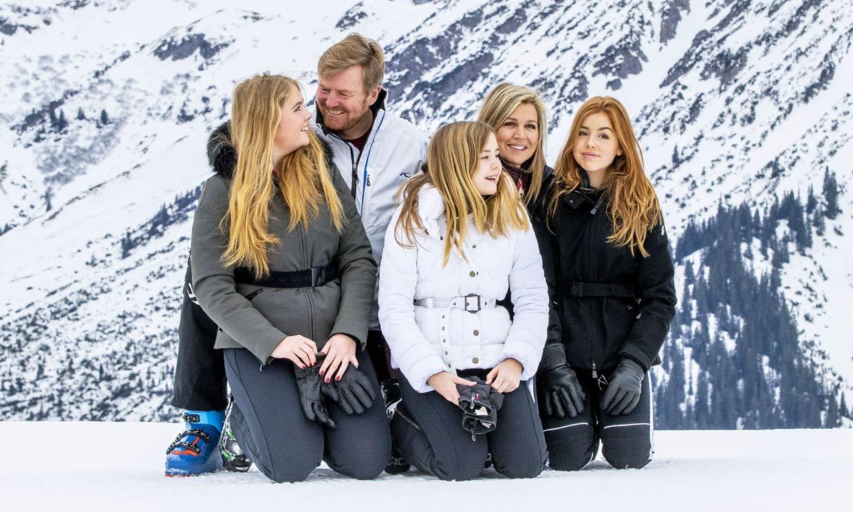 Risas, arrumacos... el posado 'de anuncio' de Guillermo y Máxima de Holanda con sus hijas en la nieve