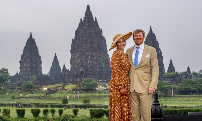 El idílico posado de los reyes de Holanda en el impresionante templo indonesio de Prambanan