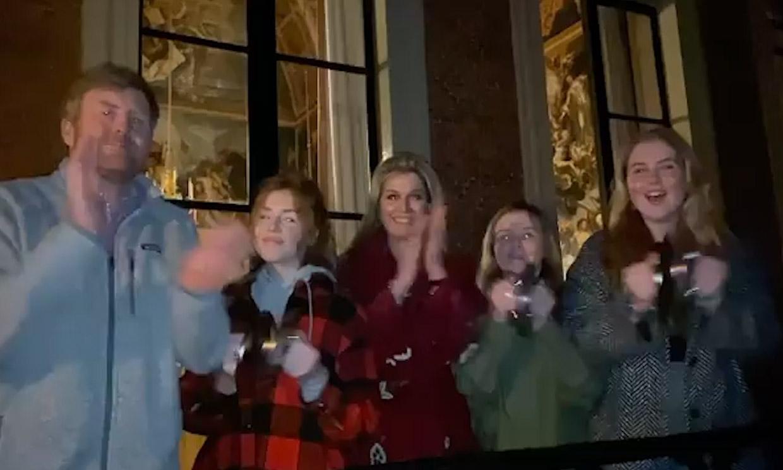 Cacerola en mano y desde el balcón: los reyes de Holanda y sus hijas apoyan a los sanitarios