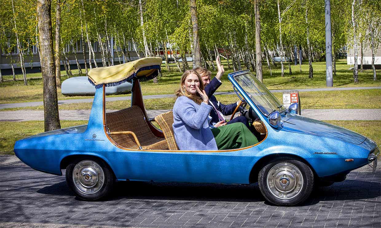 Guillermo y Amalia de Holanda viajan a los años 70 gracias a su descapotable