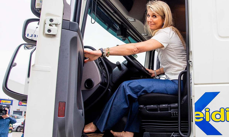 La reina Máxima como nunca antes la habías visto: ¡descalza y al volante de un camión!