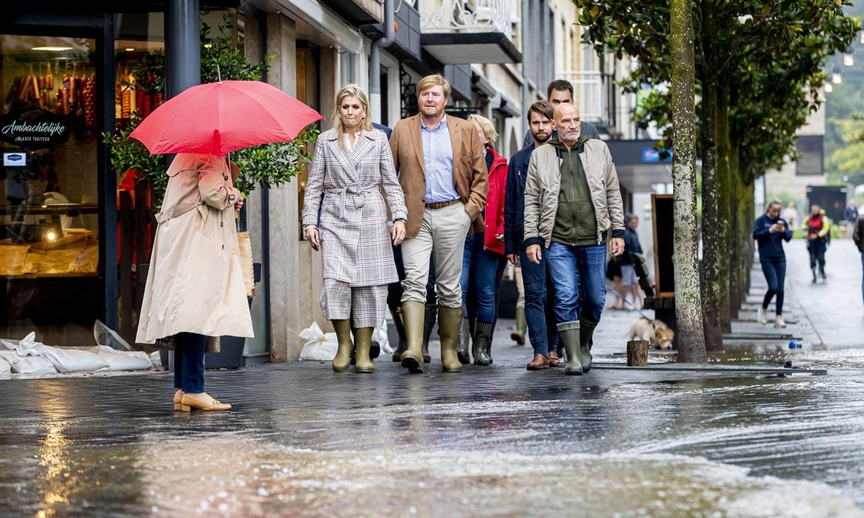 Máxima y Guillermo comprueban, en primera persona, el desastre de las inundaciones en los Países Bajos