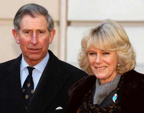 La reina Isabel llama la atención al príncipe Carlos sobre su boda