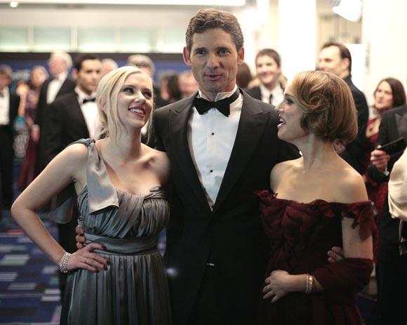Carlos y Camilla conversan con Natalie Portman y Scarlett Johansson en un estreno