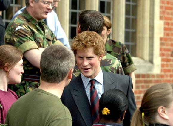 Guillermo y Harry de Inglaterra levantan la moral a los 'héroes' de las tropas inglesas