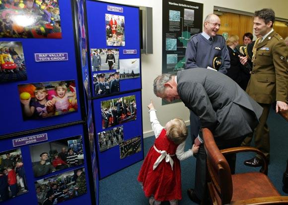 Una pequeña fan conquista al príncipe Carlos y le engatusa para que la tome en brazos