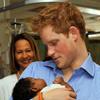 El príncipe Harry muestra su lado más tierno en su visita a Barbados