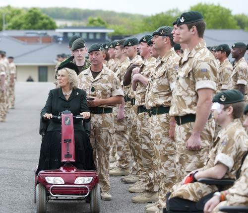 La Duquesa de Cornualles se motoriza para pasar revista a las tropas