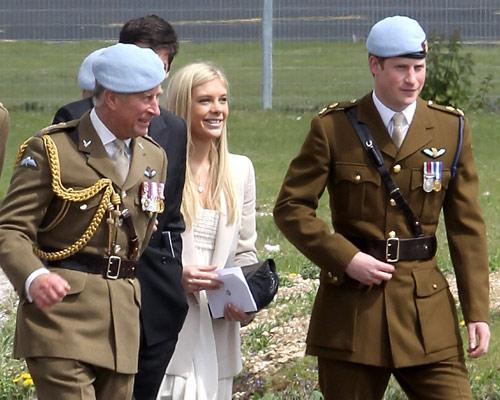 El príncipe Harry se gradúa como piloto, ante la cómplice mirada de Chelsy Davy