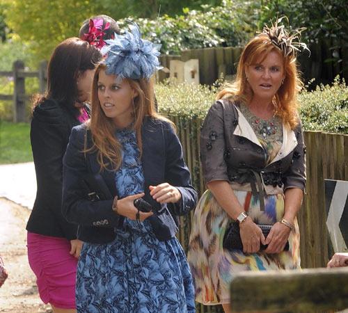 Sarah Ferguson acude a la boda de su hermanastra, Alice, acompañada por sus hijas, las princesas Beatriz y Eugenia