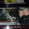 El príncipe Carlos y la Duquesa de Cornualles sufren los ataques de una protesta estudiantil en el centro de Londres