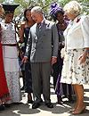 El príncipe Carlos y la duquesa de Cornualles, curiosos y participativos en su visita oficial a Sudáfrica