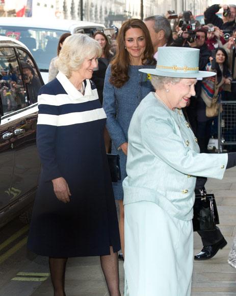 La reina Isabel II, la duquesa de Cornualles y la duquesa de Cambridge trabajan juntas por primera vez