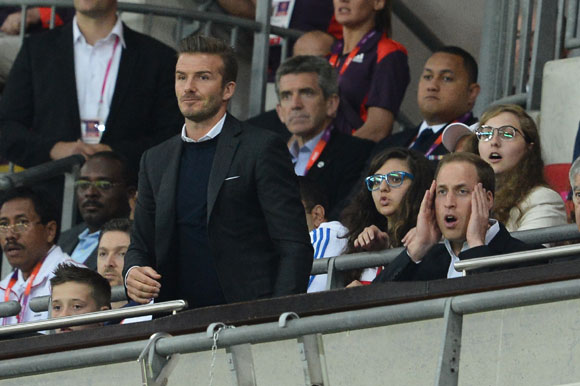 Las mil caras del príncipe Guillermo y David Beckham viendo a la selección inglesa en su debut en los Juegos Olímpicos