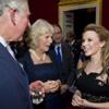 El príncipe Carlos y la duquesa de Cornualles mueven sus caderas al ritmo de 'The Loco-Motion'