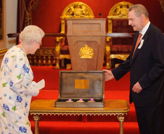 Una cría de llama, una cama para perros... Los regalos más curiosos que Isabel II recibió en 2012