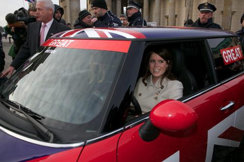 Beatriz y Eugenia de York se ponen al volante para conducir a Reino Unido al éxito comercial