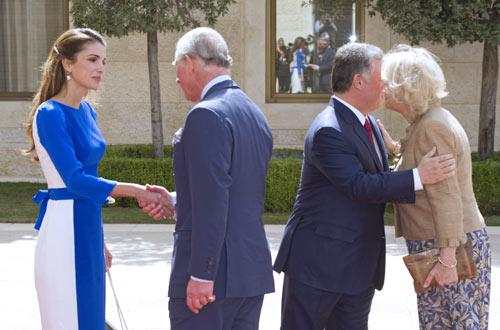 Los Reyes de Jordania despliegan la alfombra roja para recibir a Carlos y Camilla de Inglaterra