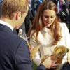 Blanca y radiante va... La Duquesa de Cambridge con los primeros regalos para su bebé