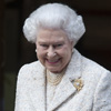 La reina Isabel, todo sonrisas, en su visita al Duque de Edimburgo en el hospital