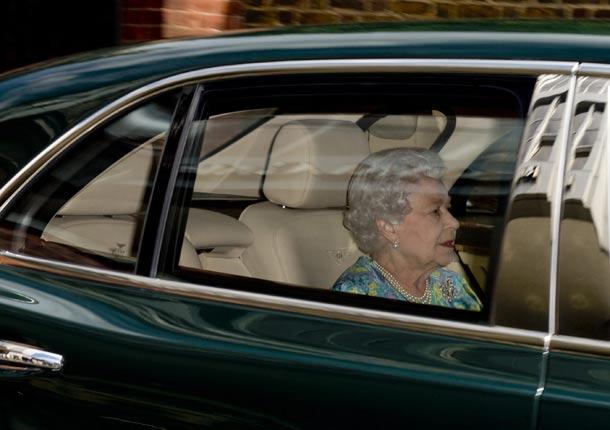 Los Duques de Cambridge y su bebé ponen rumbo a la casa de los Middleton tras recibir la visita de la Reina y el príncipe Harry