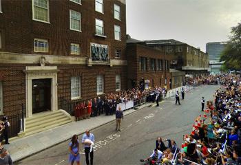 Excepcional imagen a 360º: Los Duques de Cambridge presentan a su hijo George