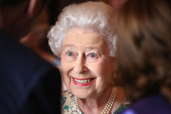 La reina Isabel celebra el nacimiento del príncipe George de Cambridge con tres fiestas con champán para sus empleados