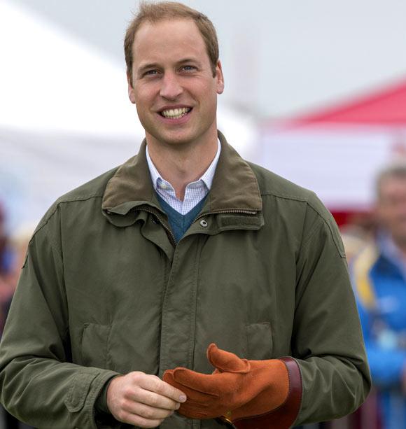 El príncipe Guillermo vuelve al trabajo tras ser padre: 'George es muy guapo'