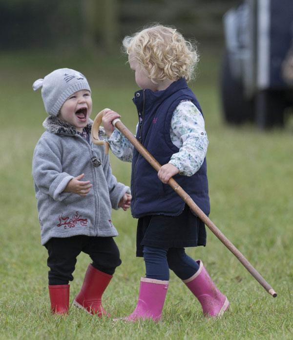 Las preciosas primas de George de Cambridge se divierten... con ¡un palo!