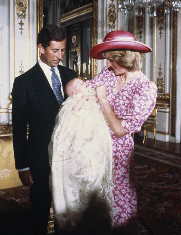 A un día del bautizo del príncipe George de Cambridge, recordamos la ceremonia bautismal de su padre, el príncipe Guillermo