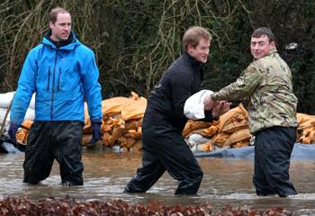 Guillermo y Harry de Inglaterra se meten de lleno en las inundaciones de su país