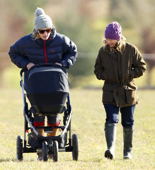 Mia, la hija de Zara Phillips, hace su debut público en las carreras
