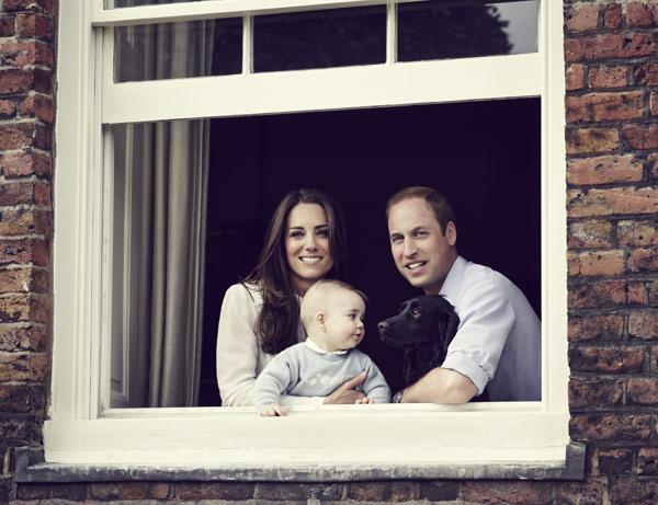 El príncipe George posa junto a los Duques de Cambridge en un nuevo retrato oficial