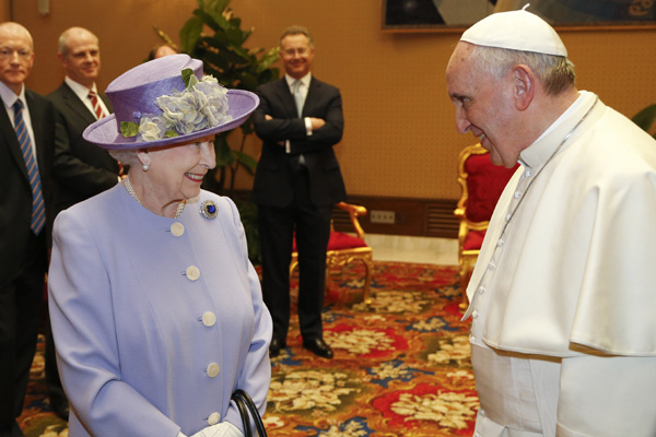 La reina Isabel II se reúne por primera vez con el papa Francisco en el Vaticano
