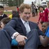 Un 'travieso' príncipe Harry comprueba su éxito entre los más pequeños