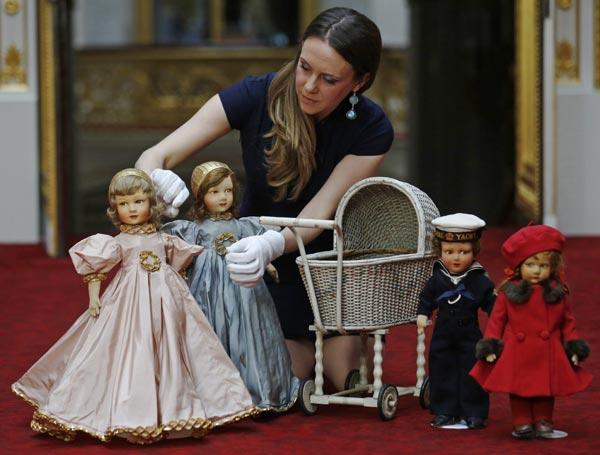 Los antiguos juguetes de la reina Isabel se exhiben en una nueva exposición real sobre la infancia inspirada por el príncipe George