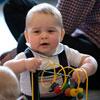 El príncipe George juega con otros bebés en su primer acto oficial