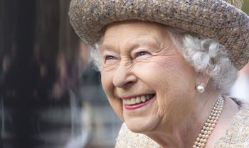 La reina Isabel asiste al bautizo de su bisnieta Mia, la hija de Zara Phillips y Mike Tindall en Gloucestershire