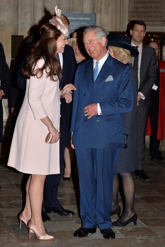 La Duquesa de Cambridge arranca su semana más intensa de trabajo bromeando con su suegro