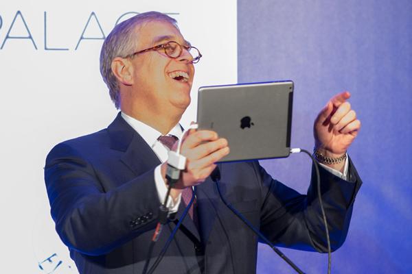 Vea al príncipe Andrés y a su gran coro de 400 empresarios cantarle 'Cumpleaños feliz' a la princesa Eugenia a través de su iPad