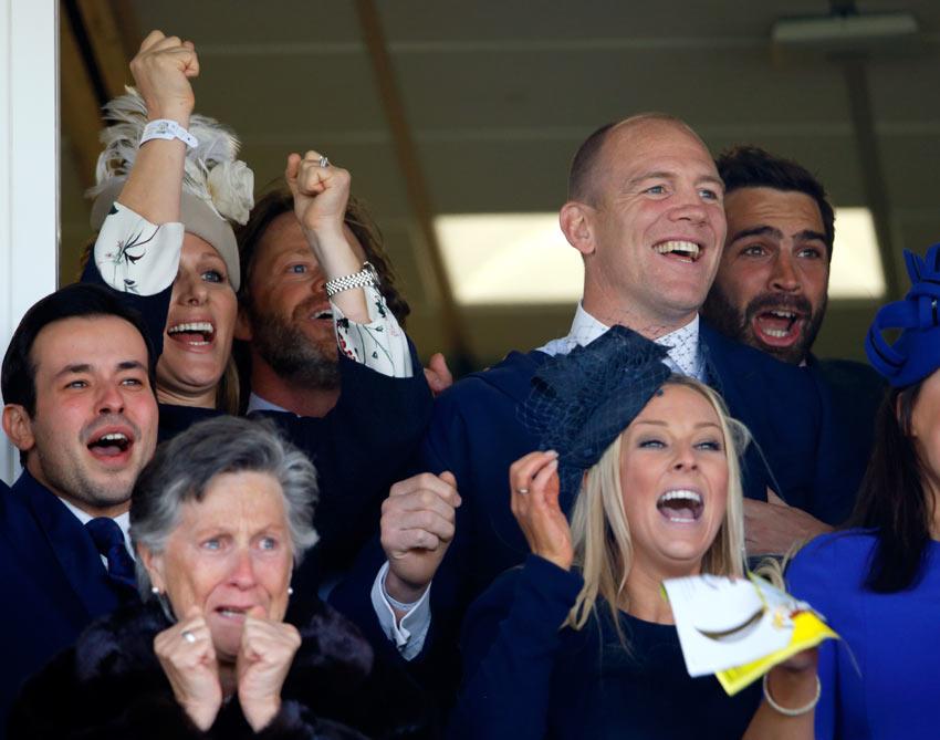 Zara Phillips y su marido, Mike Tindall, celebran locos de contentos los 145.000 euros ganados en las carreras