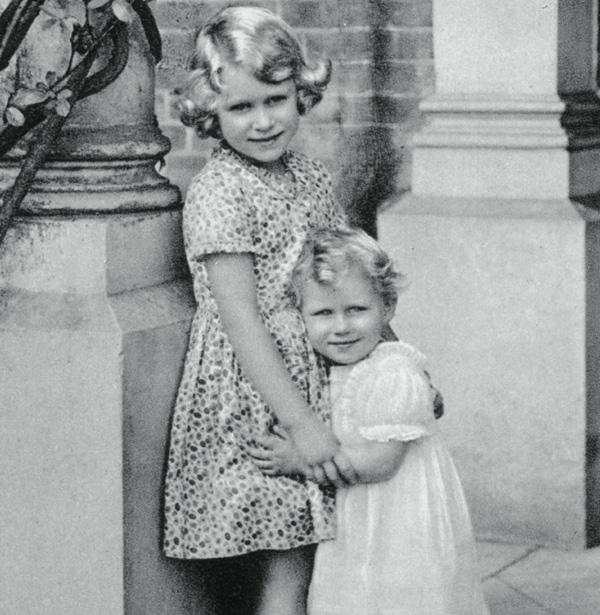 Porque tener un hermano es un regalo... recordamos las imágenes más entrañables de los Windsor