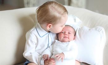 Las primeras fotografías oficiales de la princesa Charlotte en brazos de su hermano George