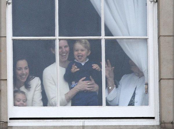 Las risas del príncipe George en el saludo a la bandera